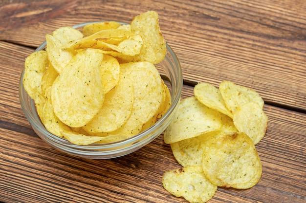 Gran cantidad de papas fritas amarillas en plato de vidrio