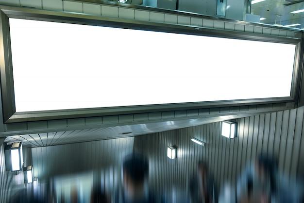 Gran cartelera en blanco en la escalera mecánica de la ciudad.