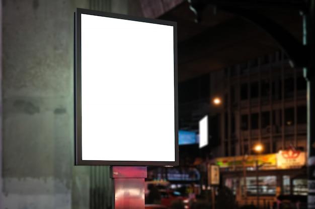 Gran cartelera en blanco pantalla led blanca vertical sobresaliente en la ciudad.