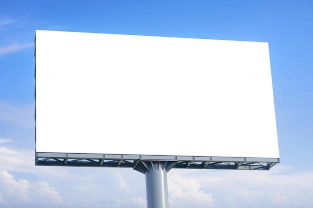 Gran cartelera en blanco con pantalla vacía para el cartel publicitario.
