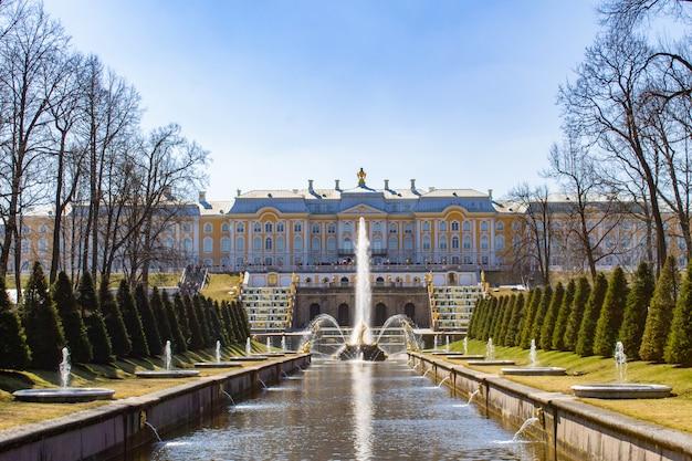 La gran cascada y la fuente de sansón en el palacio real de peterhof.