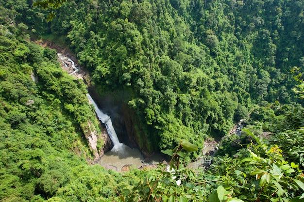 Gran cascada en la selva tropical, tailandia
