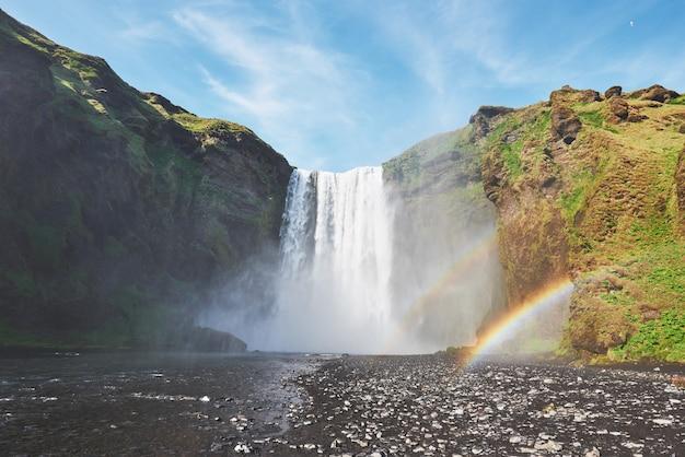 Gran cascada skogafoss en el sur de islandia, cerca de la ciudad de skogar. escena dramática y pintoresca