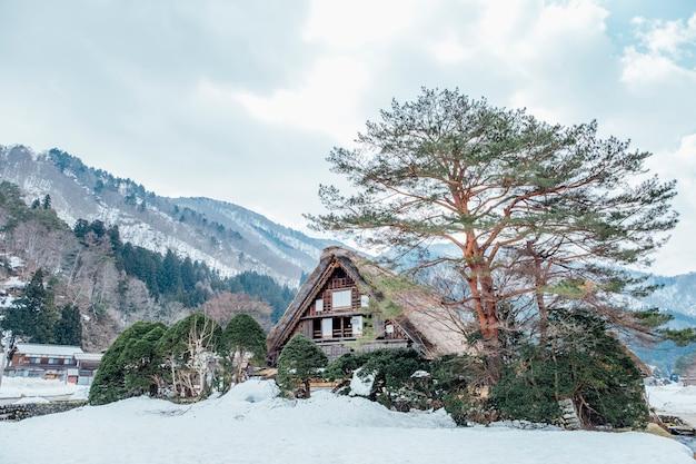 Gran choza en la nieve en shirakawago, japón