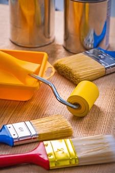 Gran conjunto de herramientas de pintura sobre tabla de madera pinceles rodillo