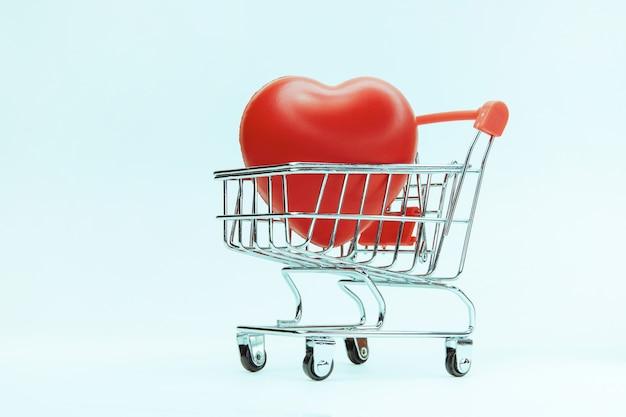 Gran corazón rojo en un carrito de compras