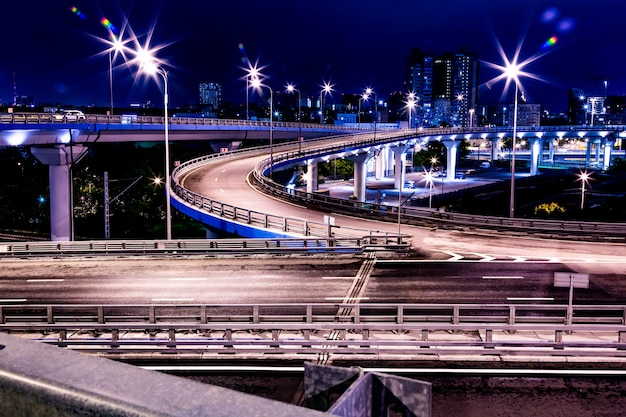 Gran cruce de carreteras con luces nocturnas