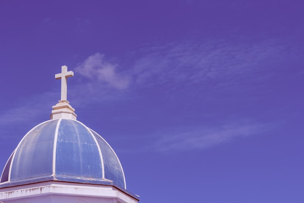 Gran cruz blanca en el cielo azul
