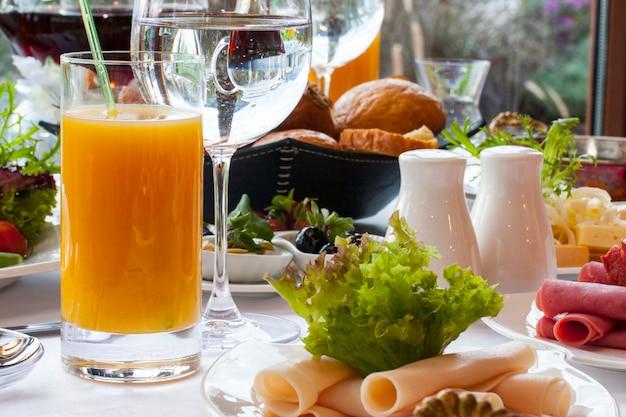 Gran desayuno frío con jugo de naranja