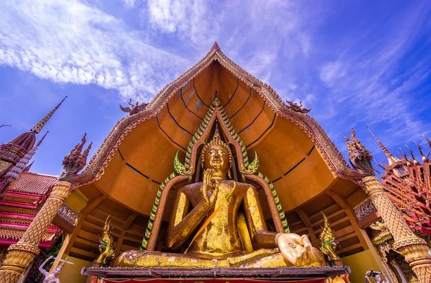 Gran estatua de buda de oro y cielo azul