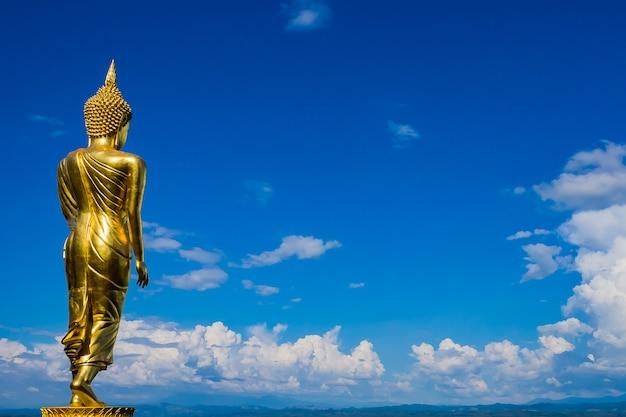 Gran estatua de buda de oro en el