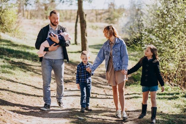 Gran familia con niños juntos en el bosque