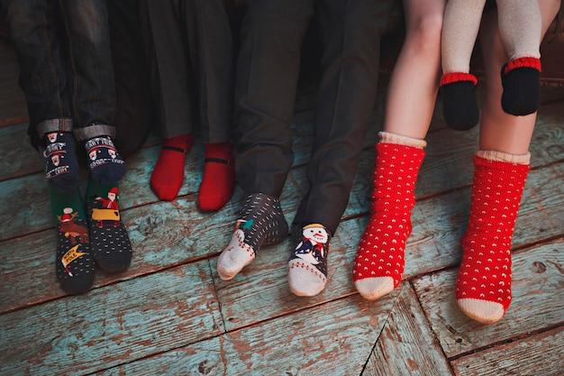 Gran familia de seis miembros con coloridos calcetines navideños.