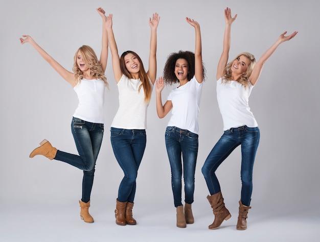 Gran felicidad de mujeres multiétnicas.