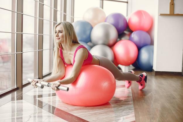 Gran gimnasio. estilo de vida deportivo. cuerpo tonificado