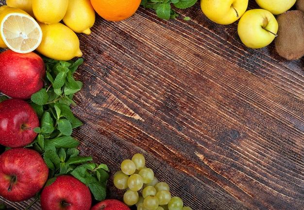 Un gran grupo de frutas y verduras frescas.