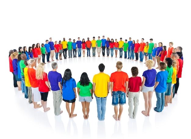 Gran grupo de personas de diversas edades y nacionalidades.