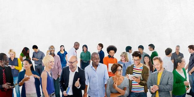 Gran grupo de personas diversas