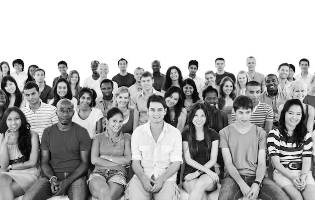 Gran grupo de personas diversas.