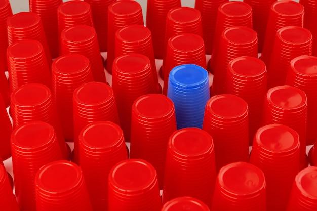 Gran grupo de vasos de plástico desechables, rojo y azul.