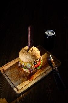 Gran hamburguesa jugosa en una tabla de cortar