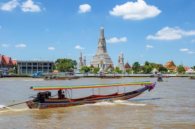Gran hito de wat arun en la ciudad de bangkok, tailandia