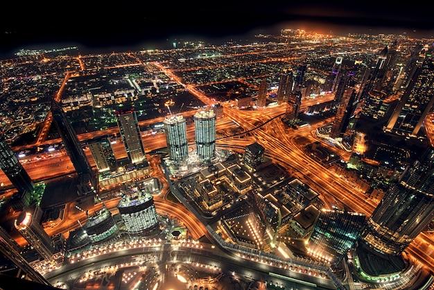 Gran horizonte nocturno con rascacielos
