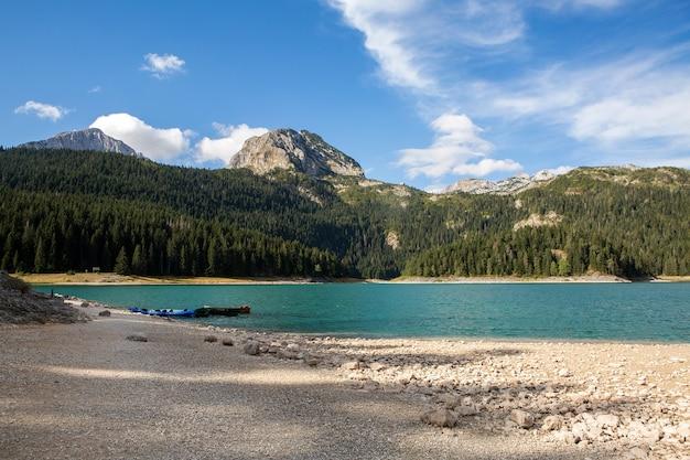 Gran lago negro en las montañas en otoño