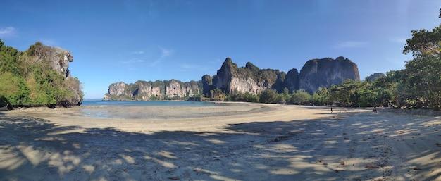 Gran marea baja en la playa de arena de railay beach en tailandia panorama