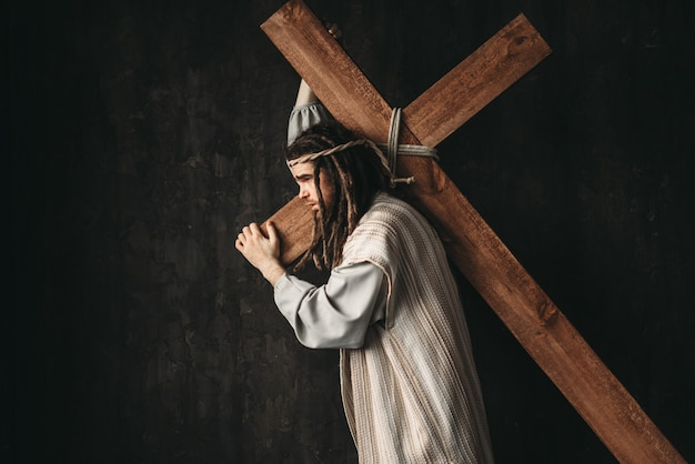 Gran mártir con cruz sobre negro