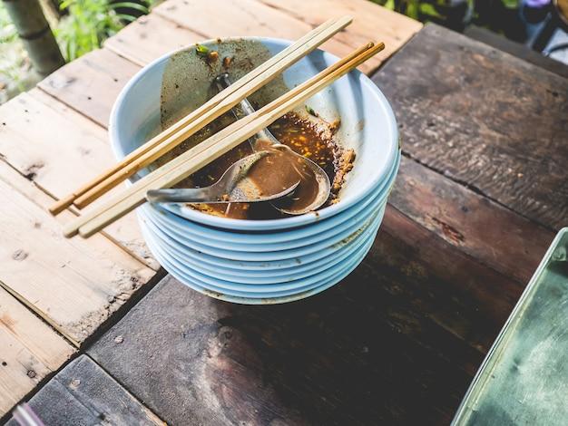 Gran montón de fideos tailandeses terminados en la mesa. concepto de estomago completo.
