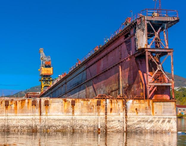 Gran muelle flotante de reparación para buques.