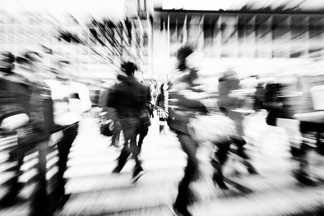 Gran multitud caminando en una ciudad