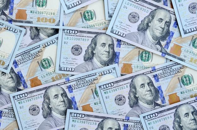 Un gran número de billetes de dólares estadounidenses.