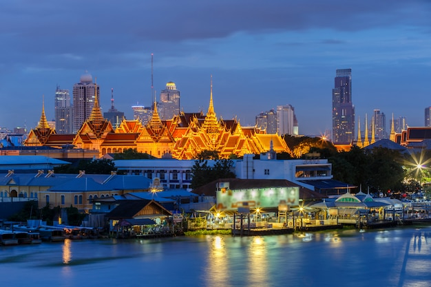 El gran palacio y el templo del buda de esmeralda (wat phra kaew) en el momento del crepúsculo, bangkok, tailandia
