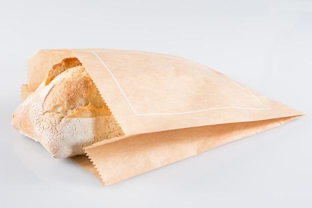 Gran pan tradicional en envoltura de papel kraft marrón