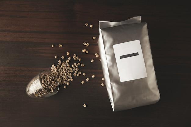 Gran paquete metálico hermético lleno de café tostado recién horneado