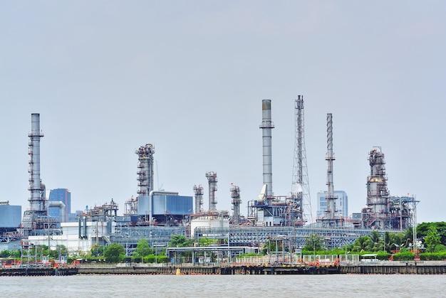 Gran planta de refinería de petróleo junto al río.
