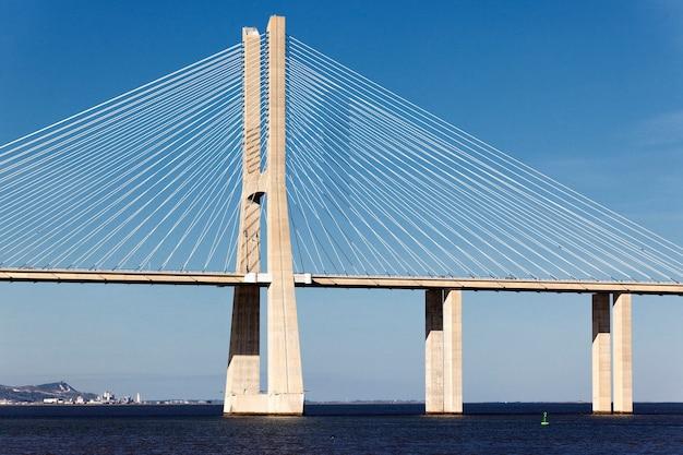 El gran puente vasco da gama en lisboa, portugal.