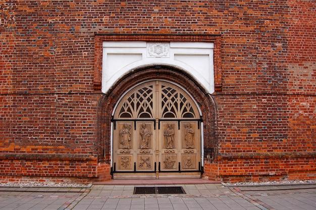 Gran puerta en una iglesia de ladrillo en lituania