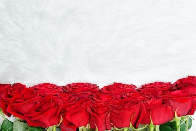 Gran ramo de rosas rojas en piel blanca