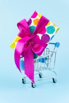 Gran regalo colorido en carrito de compras