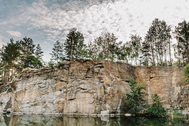 Gran roca en la que crecen los árboles granito profession canyon