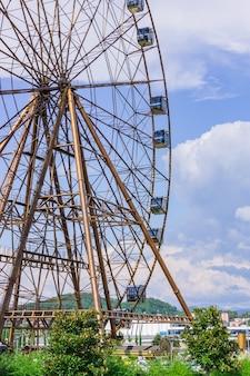 Gran rueda de la fortuna en el parque de atracciones
