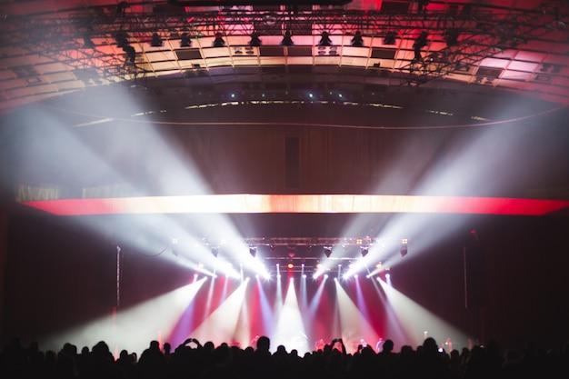 Gran sala de conciertos llena de espectadores ante el escenario.