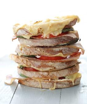 Gran sandwich vegano con verduras y queso en la mesa de tablero de madera