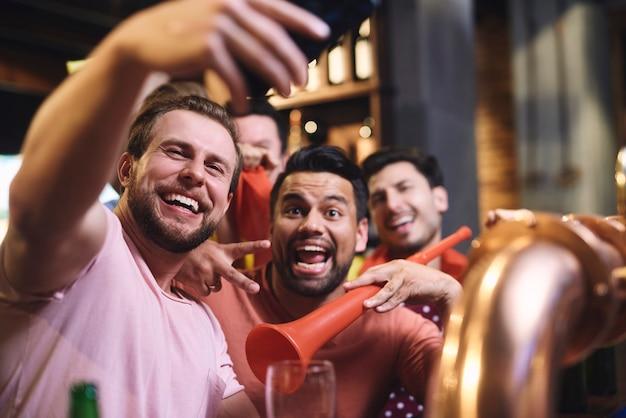 Gran selfie de alegre grupo de amigos.