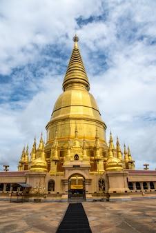 Gran templo dorado con fondo de cielo, el nombre es phra maha chedi srivang chai, lamphun, th