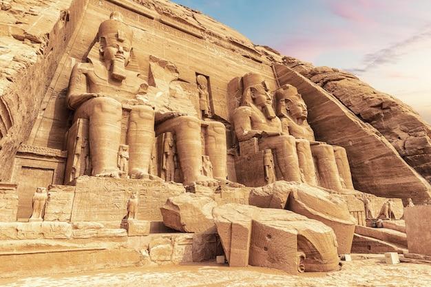 El gran templo de ramsés ii y los colosales, abu simbel, egipto.