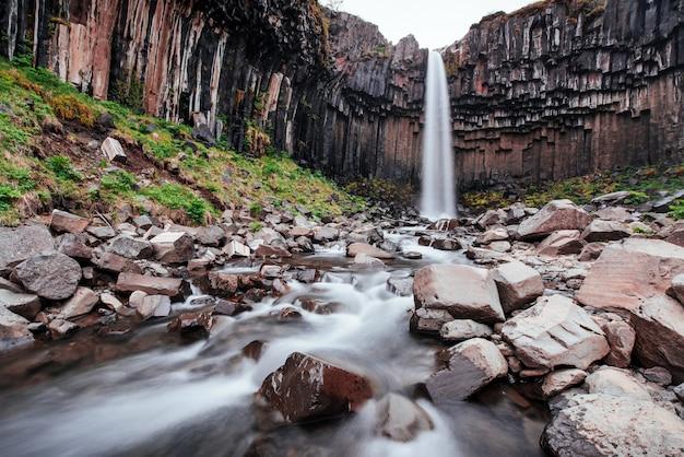 Gran vista de la cascada svartifoss. escena dramática y pintoresca. atracción turística popular. islandia